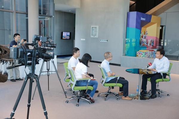 采访小组对网龙首席执行官进行深入地采访